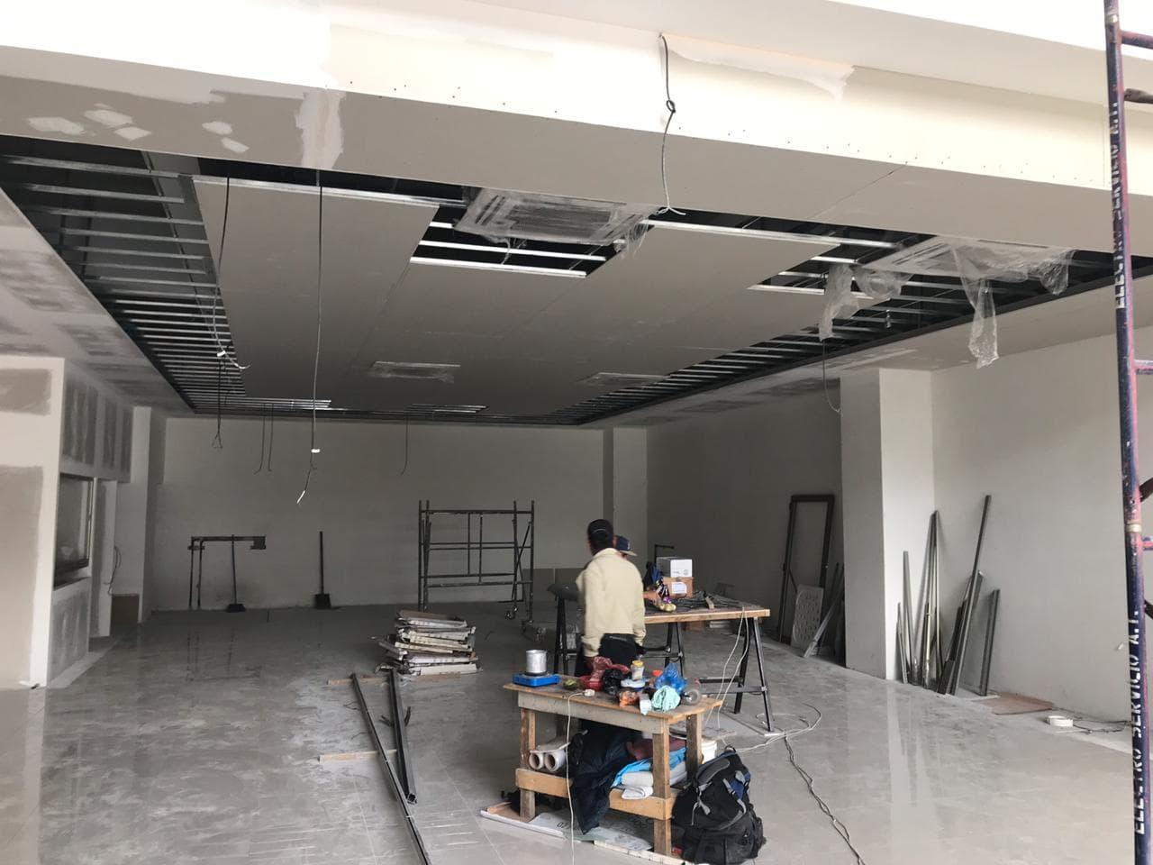 edificio de oficinas y sala de ventas movesa